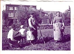 Familie Stroes op het werk op het land.